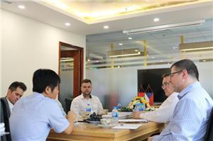 Crystal Bohemia thăm và làm việc tại Công ty Đèn Pha Lê tại Việt Nam