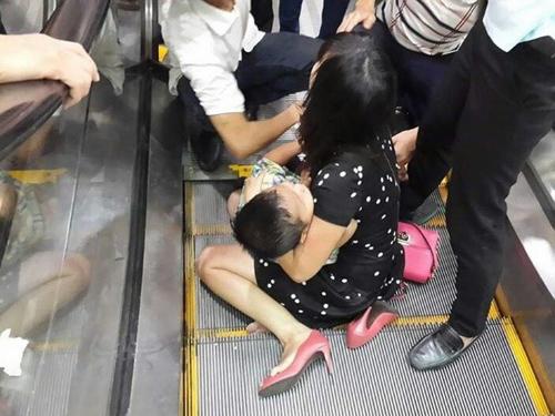 Hà Nội: Bé trai 3 tuổi bị kẹt chân ở thang cuốn