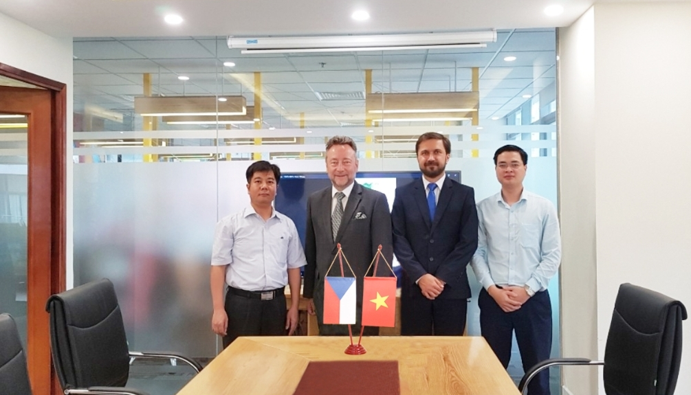 Ngài đại sứ CH Séc đến thăm văn phòng đại diện Artglass