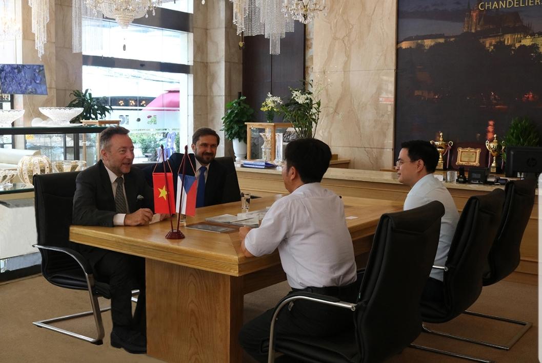 Ngài đại sứ CH Séc đến thăm văn phòng đại diện