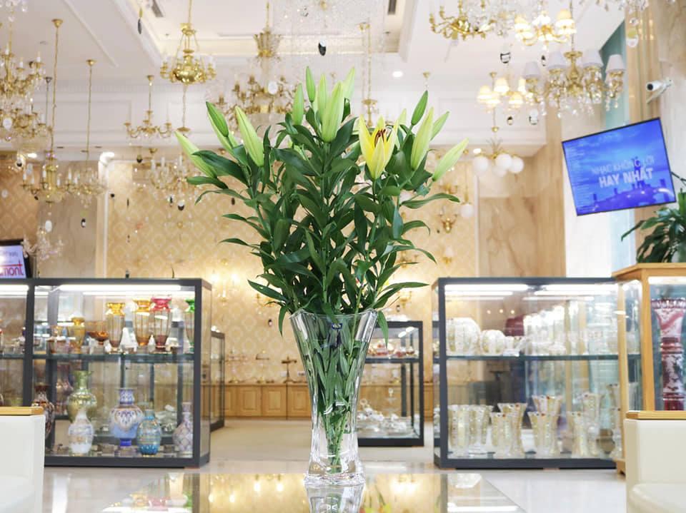 Cách cắm hoa ly tuyệt đẹp và bền màu với lọ hoa pha lê