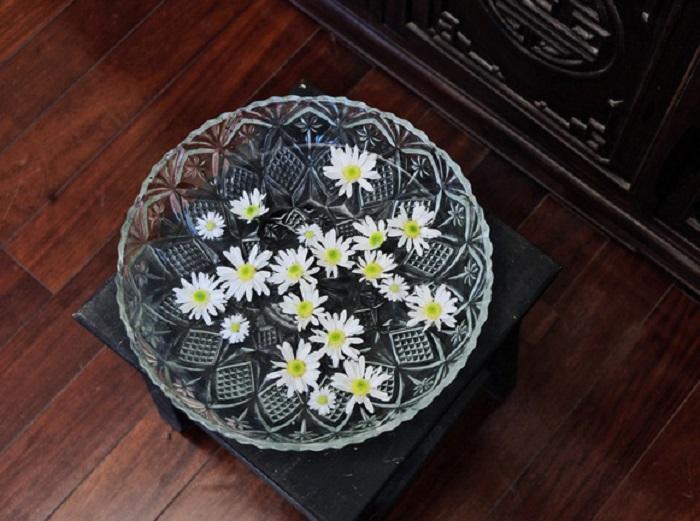 Đủ kiểu cắm cúc họa mi đơn giản mà đẹp với bình hoa pha lê để bàn