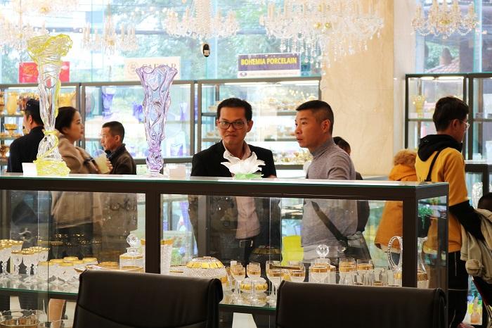 Dàn sao phim Mr Lù đến thăm Showroom Đèn pha lê Tiệp lớn nhất Việt Nam