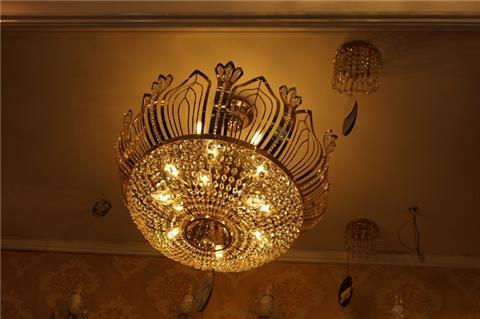 Đèn chùm pha lê Lotus gây chú ý với thiết kế hoa sen đậm chất Việt