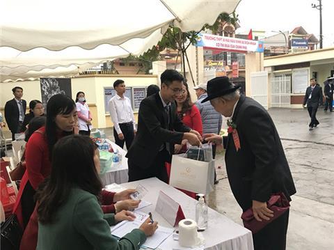 Hơn 600 bộ ly vang đã được Pha lê Tiệp trao tặng trong 20/11